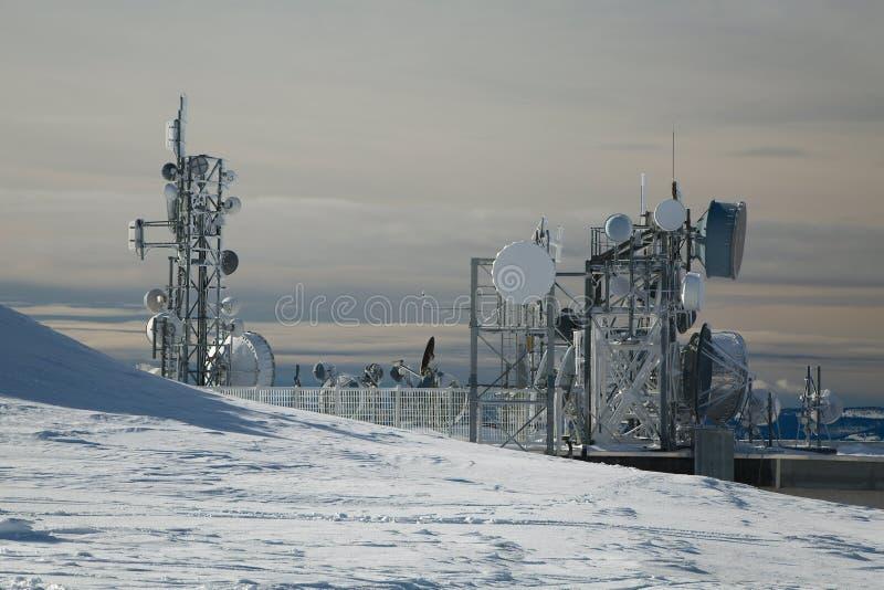 Torres del transmisor en una colina en invierno fotos de archivo libres de regalías