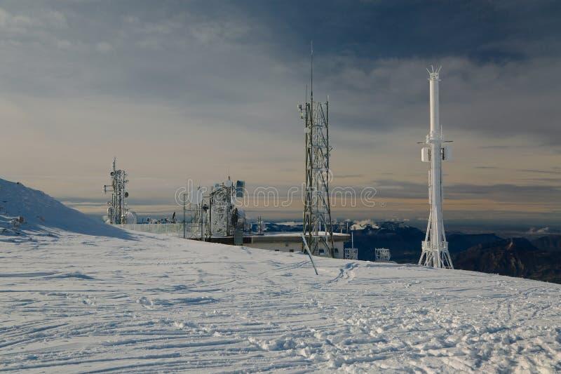 Torres del transmisor en una colina en invierno fotos de archivo