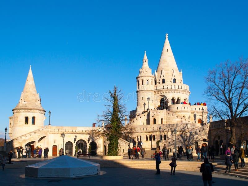 Torres do conto de fadas do bastião do ` s do pescador em um terraço da vigia em Budapest fotos de stock royalty free