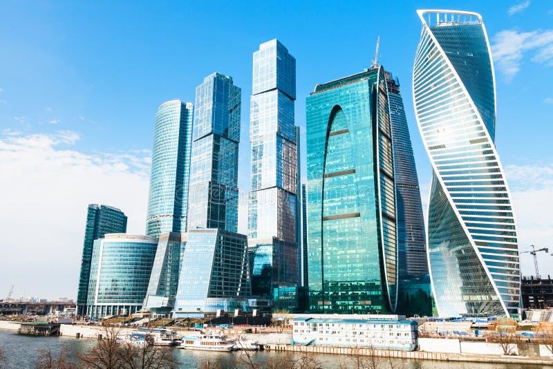 Torres do distrito financeiro da cidade de Moscou na mola imagem de stock