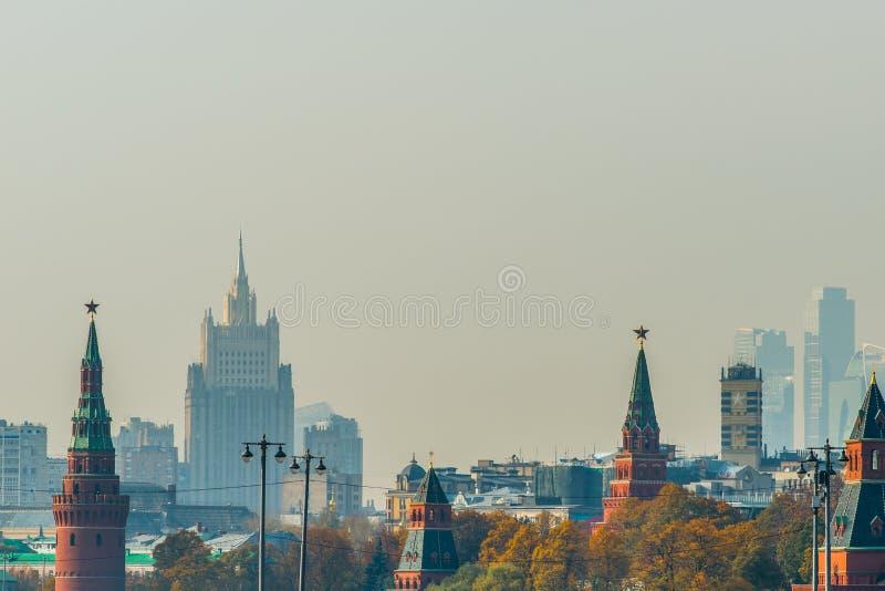 Torres do Kremlin de Moscou, cidade em um dia smoggy do outono fotos de stock royalty free