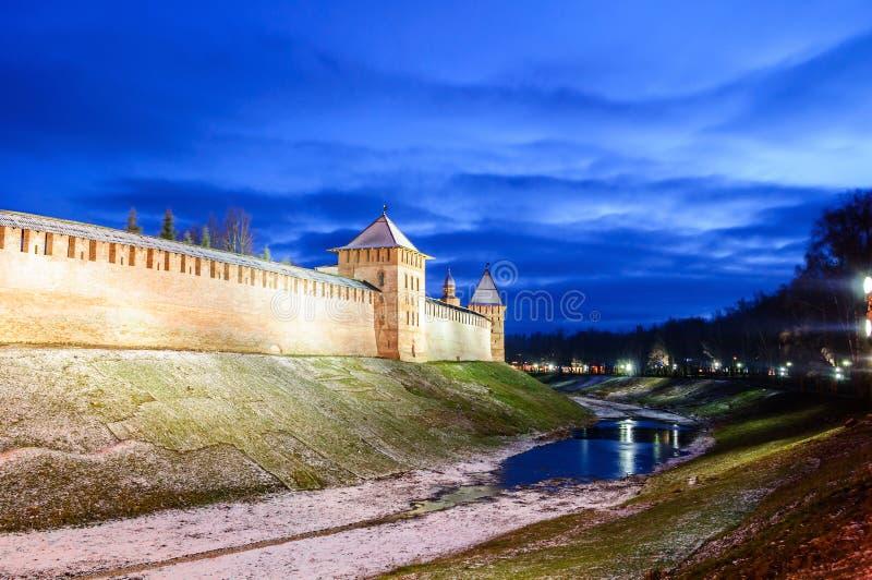 Torres do Kremlin de Veliky Novgorod em Veliky Novgorod, Rússia, cena colorida da noite do inverno imagem de stock