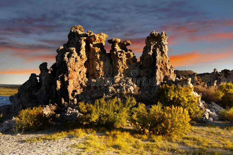 Torres do tufo, mono por do sol do lago, Califórnia imagem de stock royalty free