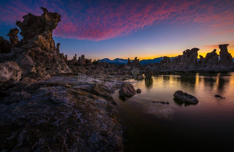 Torres do tufo no mono lago contra o céu bonito do por do sol fotos de stock