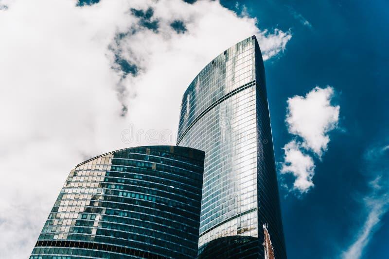Torres dos arranha-céus do centro de negócios Construções de vidro modernas fotografia de stock royalty free