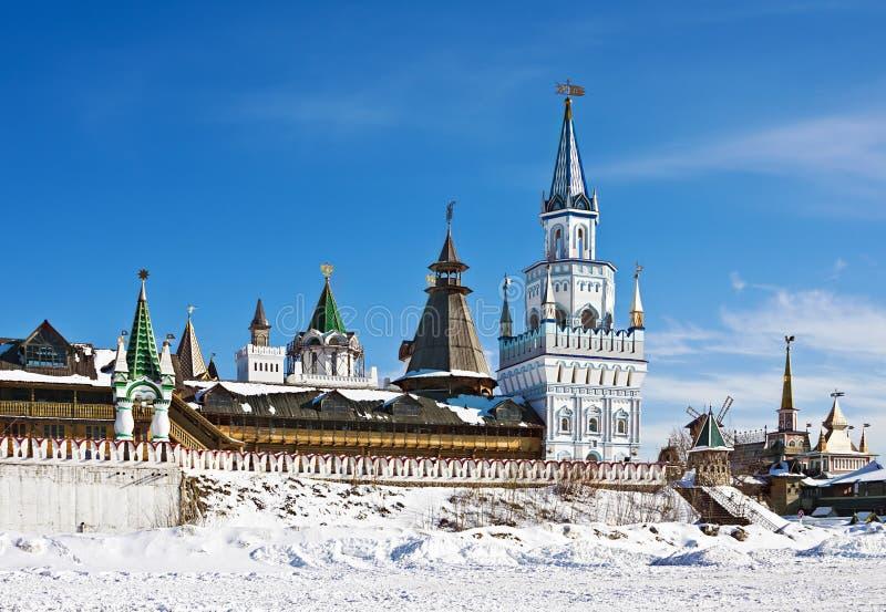 Torres e abóbadas do Kremlin de Izmailovo em Moscou fotos de stock