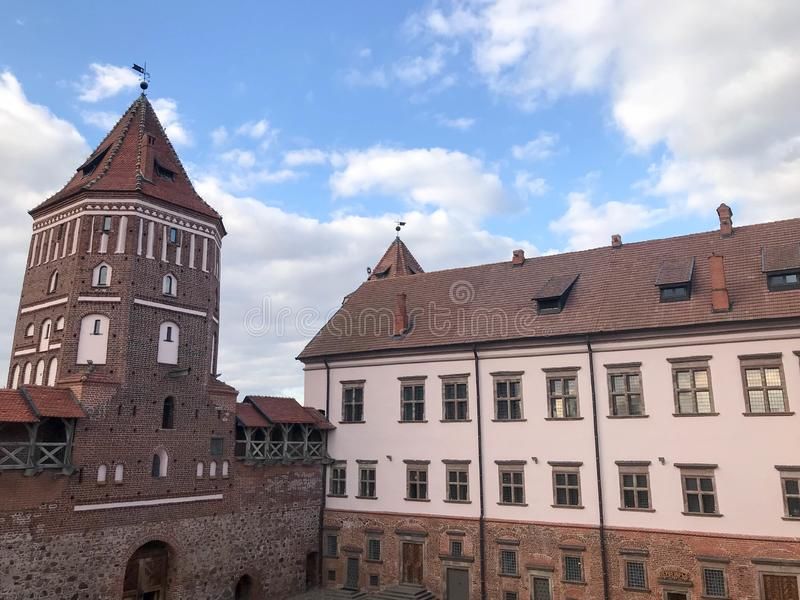 Torres e torres altas, o telhado de um castelo barroco medieval velho, antigo, um renascimento, gótico no centro de Europa fotografia de stock royalty free