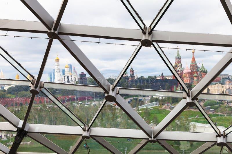 Torres e catedral do Kremlin completamente no telhado de vidro fotografia de stock royalty free
