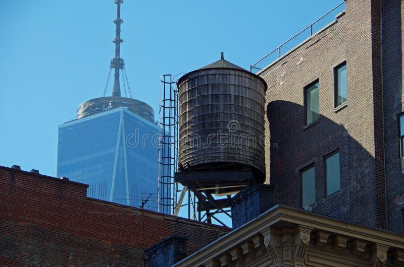 Torres e telhados urbanos de água de New York City fotografia de stock