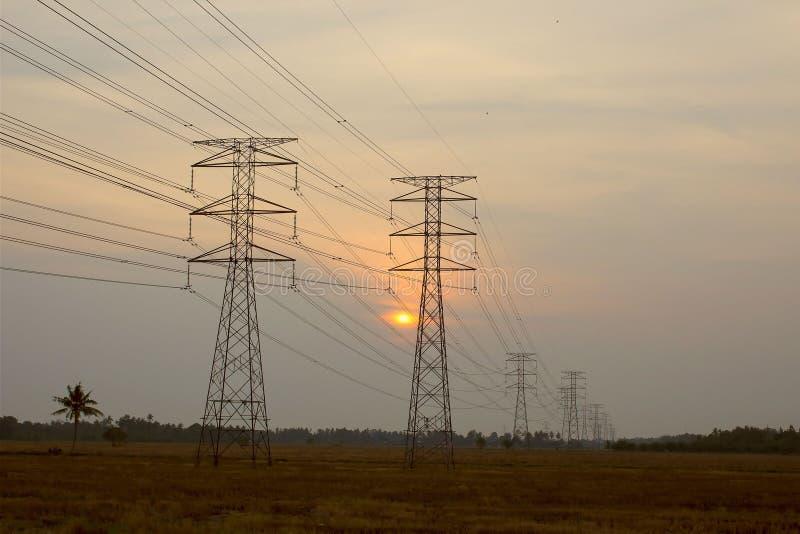 Torres eléctricas de alto voltaje imagen de archivo libre de regalías