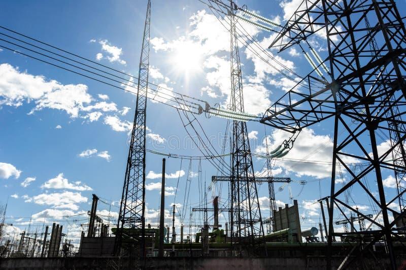 Download Torres Elétricas De Alta Tensão De Encontro Ao Céu Foto de Stock - Imagem de potência, motor: 26512842