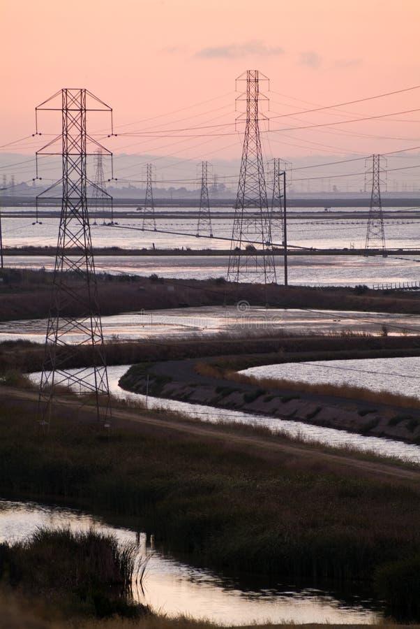 Torres elétricas na água foto de stock