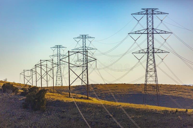 Torres elétricas que arrastam distante na distância imagens de stock royalty free