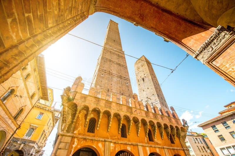 Torres en ciudad de Bolonia foto de archivo