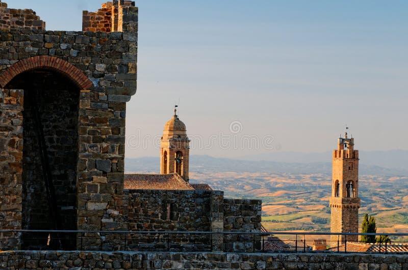 Torres en pueblo toscano fotografía de archivo libre de regalías