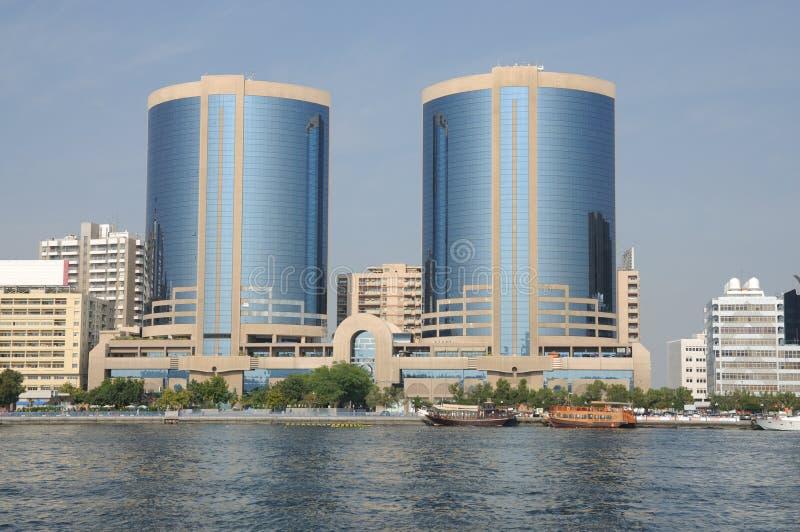 Torres gémeas em Dubai Creek fotografia de stock royalty free