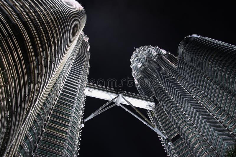 Torres gémeas em Noite imagens de stock