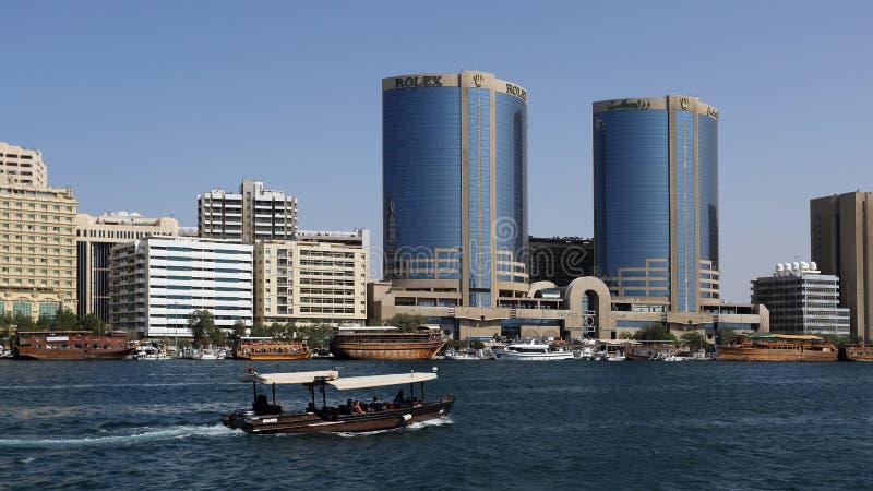 Torres gêmeas de Deira e Dubai Creek com barcos, Emiratos Árabes Unidos imagem de stock