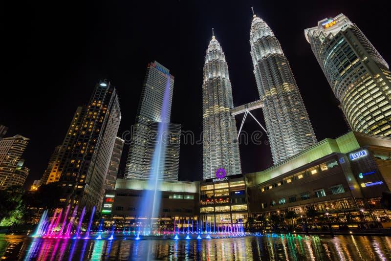 Torres gêmeas de Petronas e Suria KLCC fotos de stock royalty free
