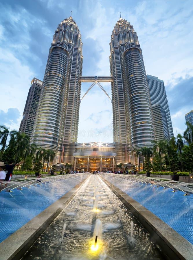 Torres gêmeas de Petronas e Suria KLCC imagem de stock