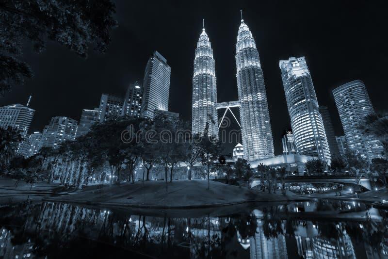 Torres gêmeas de Petronas e Suria KLCC foto de stock royalty free