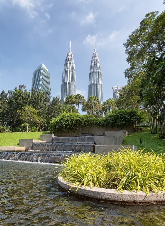 Torres gêmeas de Petronas e Suria KLCC fotografia de stock royalty free