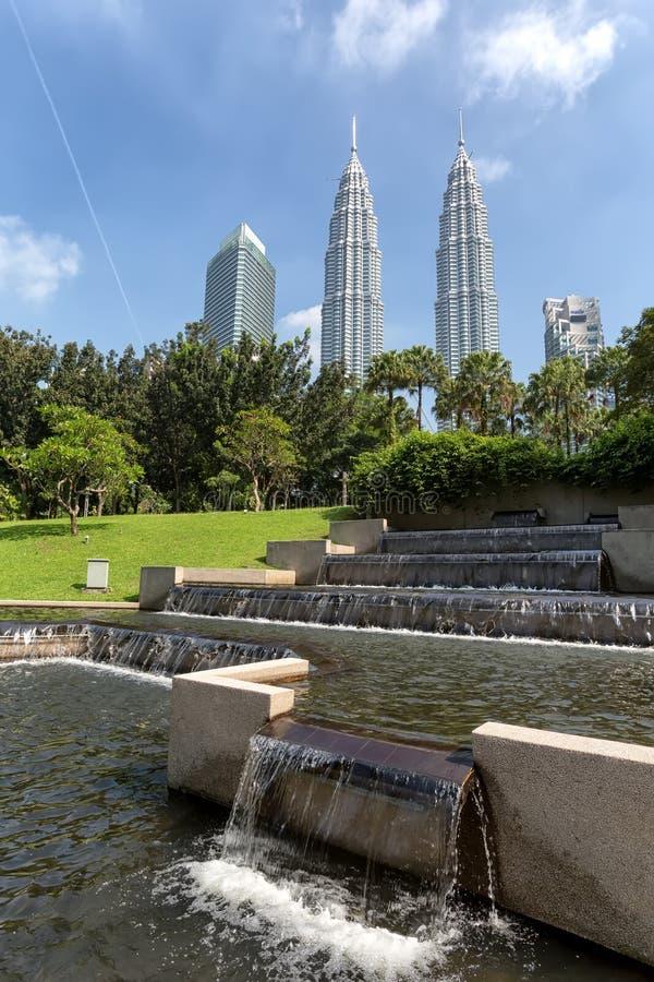 Torres gêmeas de Petronas e Suria KLCC imagens de stock