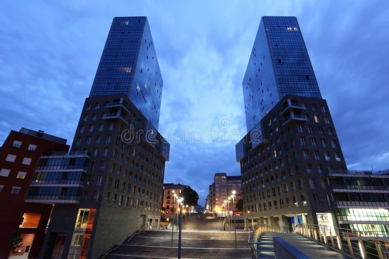 Torres gêmeas na cidade de Bilbao no crepúsculo foto de stock
