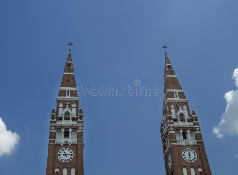 Torres gemelas de la iglesia votiva en Szeged imagen de archivo