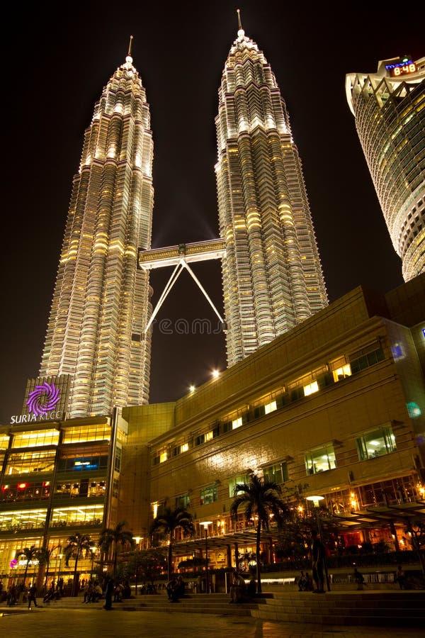 Torres gemelas de Petronas en Kuala Lumpur en la noche foto de archivo