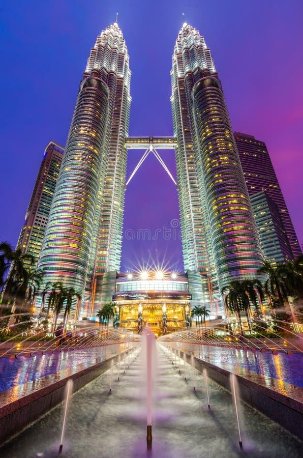 Torres gemelas de Petronas en Kuala Lumpur en la noche fotografía de archivo libre de regalías