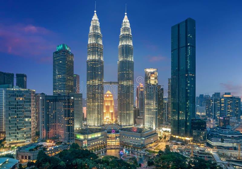 Torres gemelas de Petronas en la noche en Kuala Lumpur, Malasia imagen de archivo