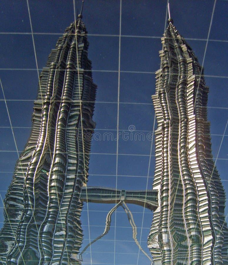 Torres gemelas de Petronas reflejadas imágenes de archivo libres de regalías