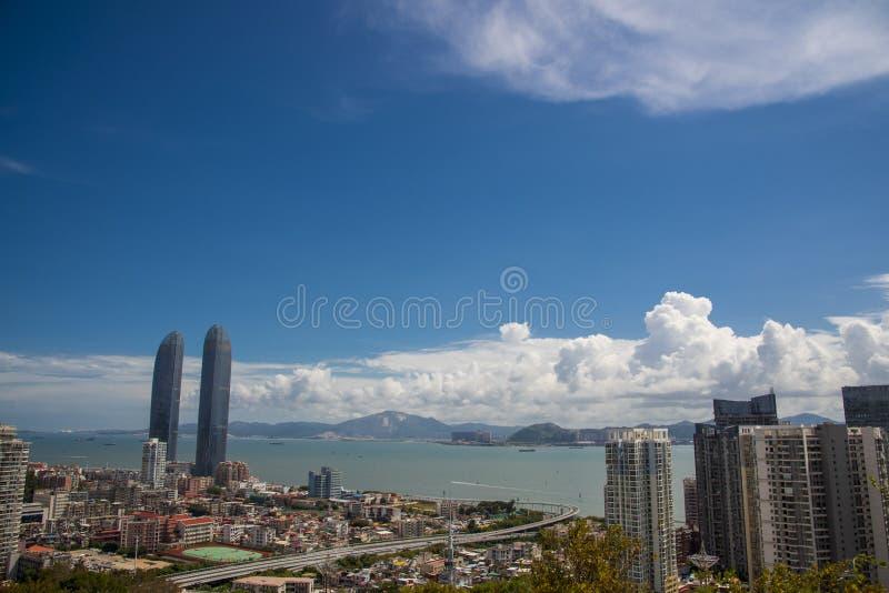 Torres gemelas de Xiamen bajo t大海él cielo azul imagen de archivo