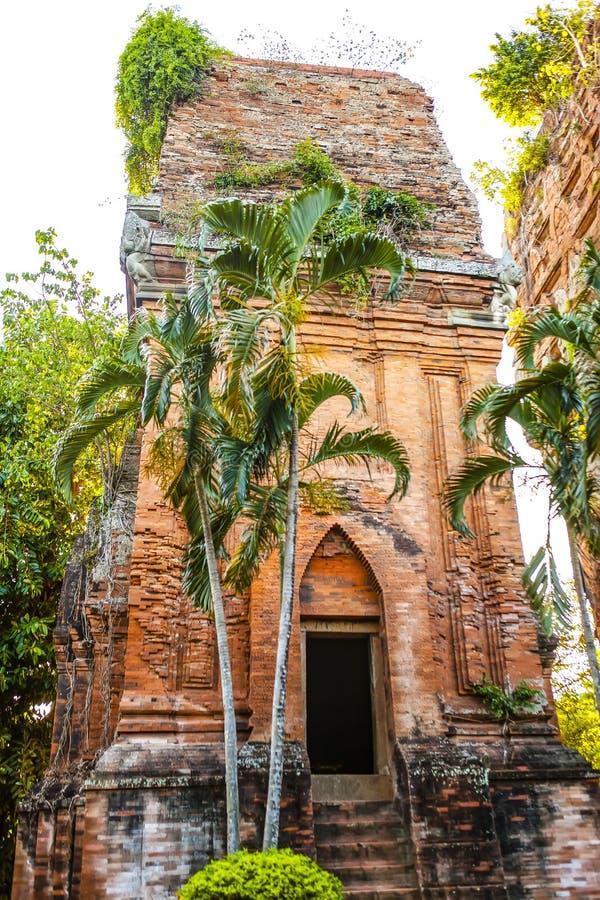 Torres gemelas - una arquitectura antigua del Cham, Quy Nhon, Viet Nam fotografía de archivo