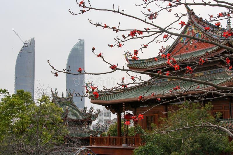 Torres gemelas y templo de Nanputuo en la ciudad de Xiamen, China suroriental fotos de archivo