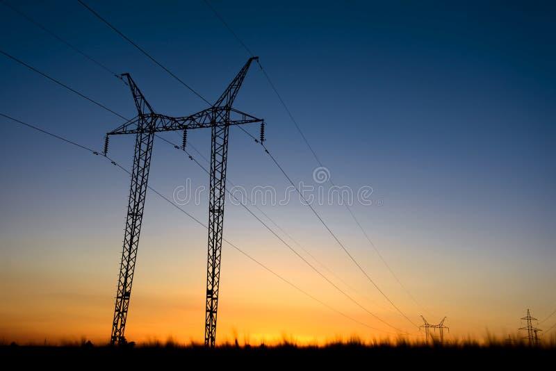 Torres grandes de la transmisión en la hora azul foto de archivo libre de regalías
