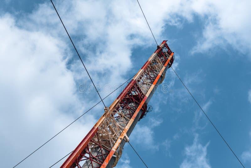 Torres grandes de la transmisión en la puesta del sol imagen de archivo libre de regalías