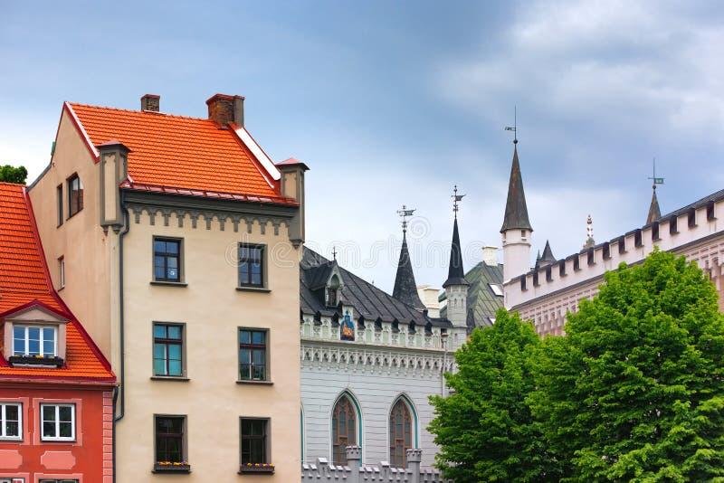 Torres grandes e guilda pequena em Riga imagem de stock