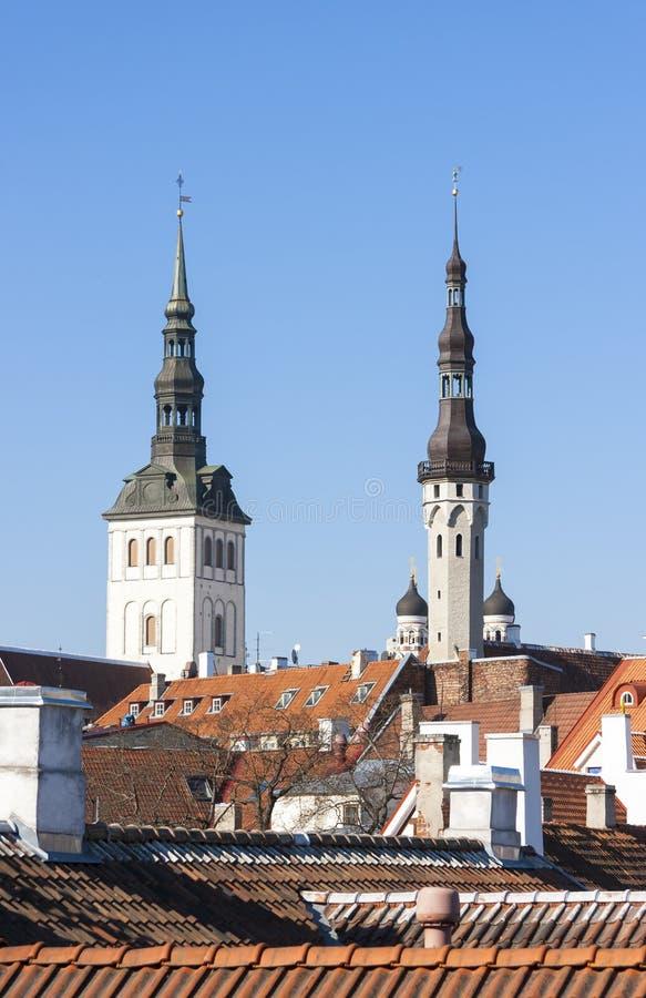 Torres la iglesia y ayuntamiento de San Nicolás en Tallinn, Estonia imagen de archivo libre de regalías