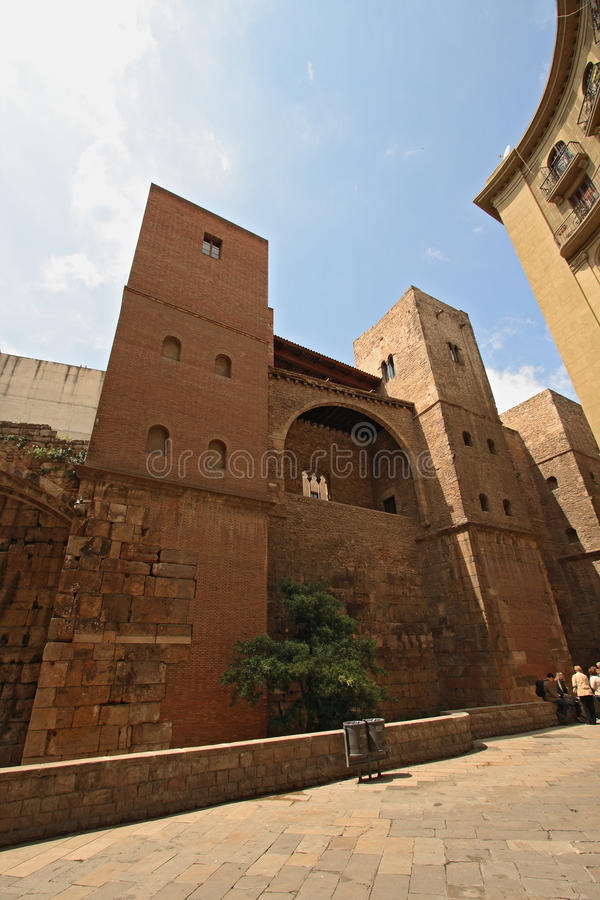 Torres medievales construidas sobre la pared romana en el corazón de Barri Gotic foto de archivo