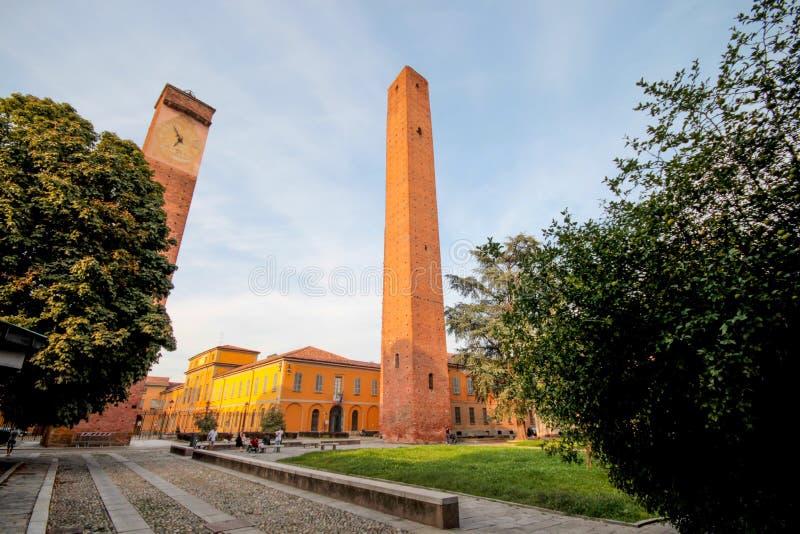 Torres medievales en la plaza Leonardo da Vinci en Pavía, Italia foto de archivo libre de regalías