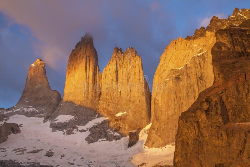 Torres no parque nacional de Torres del Paine, o Chile. foto de stock