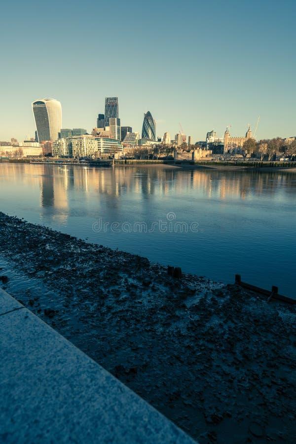 Torres oscuras de Londres azules imagen de archivo