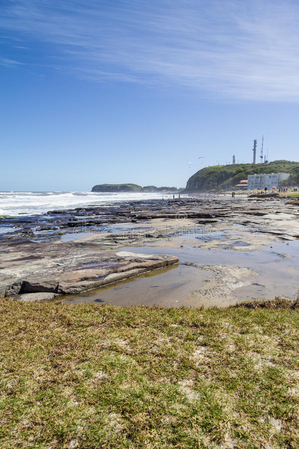 Torres plaża z fala i niebieskie niebo przy Torres wyrzucać na brzeg obrazy royalty free
