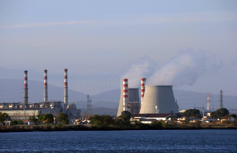 Torres refrigerando da central energética que emitem-se o vapor fotos de stock