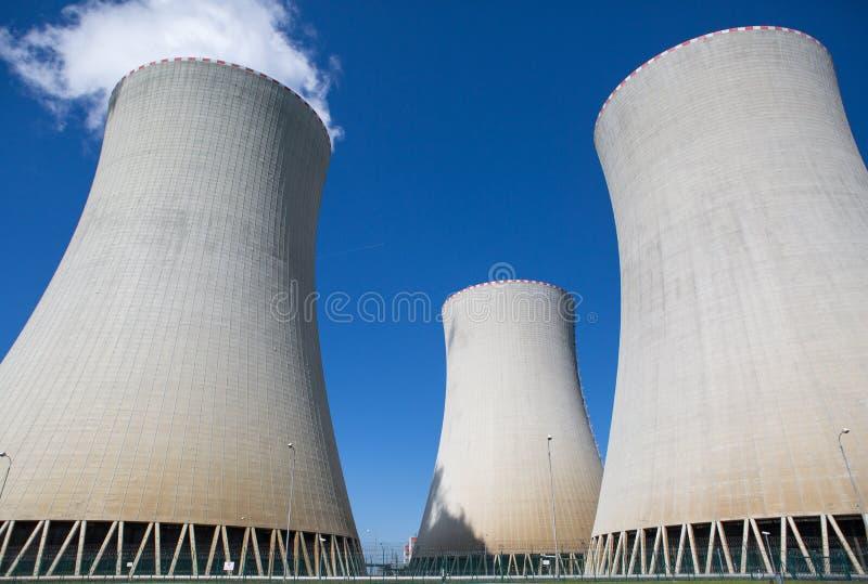 Torres refrigerando de uma central energ?tica nuclear fotografia de stock