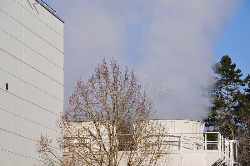 Torres refrigerando de uma planta da desperdício-à-energia imagens de stock