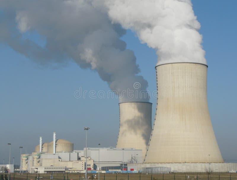 Torres refrigerando do central nuclear fotografia de stock