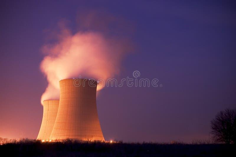 Torres refrigerando do central nuclear no crepúsculo foto de stock royalty free